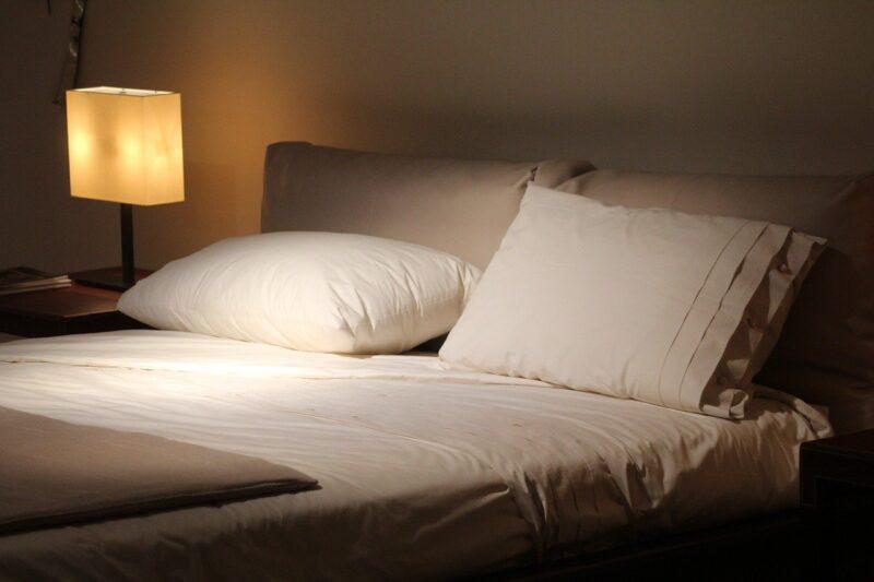 寝る時の電気はどうする?つけて寝るメリット・デメリット