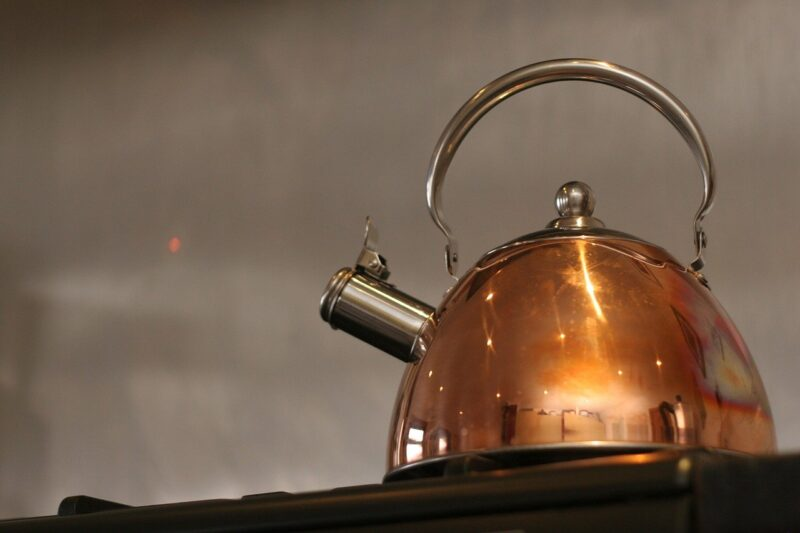 やかんで沸かしたお茶を早く冷やす方法とは?