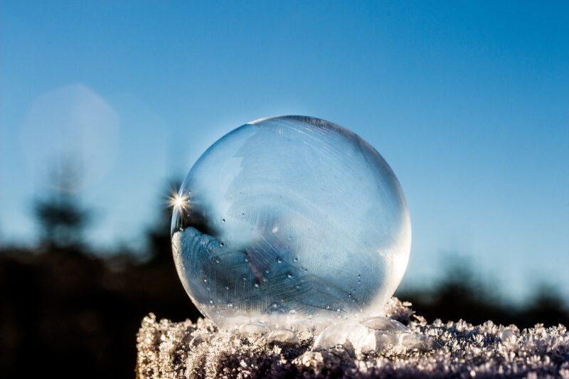 冷凍庫で透明な氷の作り方とは?