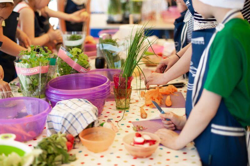 子供に料理をさせるのはいつから?年齢の目安や教え方のコツってある?